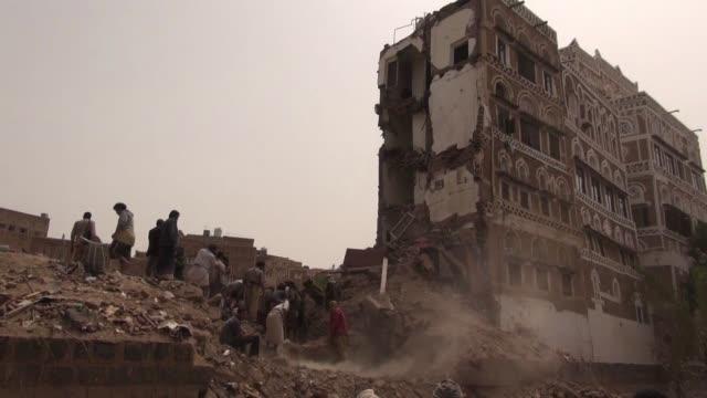la coalicion arabe liderada por riad desmintio este viernes haber bombardeado el casco antiguo de sana despues de que un misil matara a cinco... - yemen stock videos & royalty-free footage