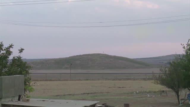 La coalicion internacional liderada por Estados Unidos bombardeo el jueves la colina vecina a la disputada ciudad siria de Kobane donde el grupo...