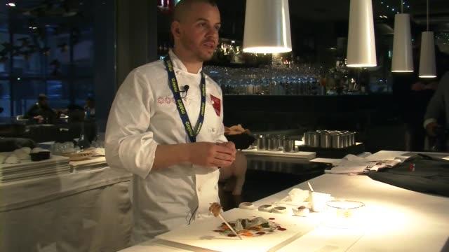 la cocina del restaurante madrileno diverxo conquisto su tercera estrella michelinel reconocimiento gastronomico de la prestigiosa guia francesaun... - restaurante stock videos & royalty-free footage