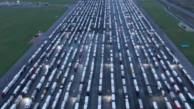 la comisión europea recomendó el martes a los países del bloque que faciliten la reanudación del tráfico con el reino unido, cuyo aislamiento a causa... - transporte stock videos & royalty-free footage