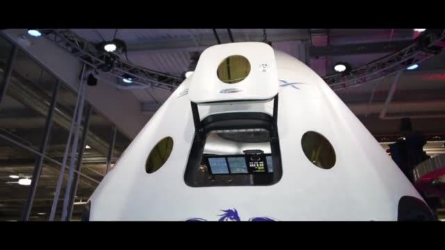 vídeos y material grabado en eventos de stock de la compania comercial spacex presento el jueves una capsula para transportar astronautas al espacio - ee.uu
