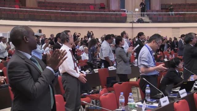 stockvideo's en b-roll-footage met la comunidad internacional adopto el sabado en kigali un acuerdo con miras a la eliminacion progresiva de los hidrofluorocarbonos unos gases de... - overeenkomst
