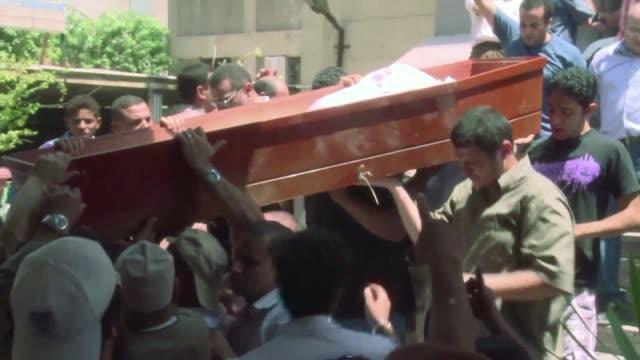 la comunidad internacional condeno el jueves la masacre en egipto al tiempo que comenzaban a celebrarse los funerales de los cientos de victimas en... - luto stock videos and b-roll footage