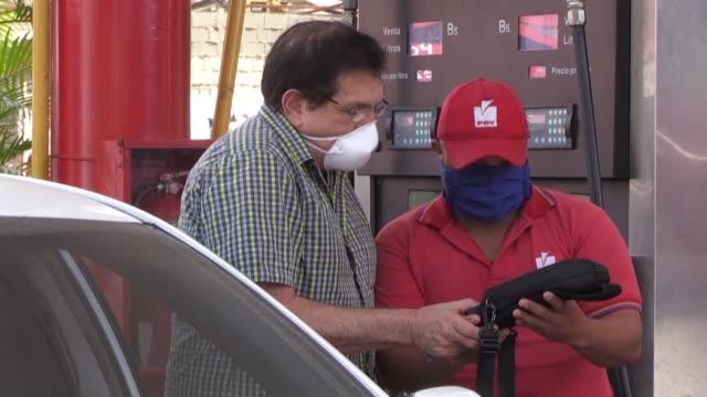 la confusión reinó entre largas filas y quejas en las calles de caracas el lunes, día en que venezuela estrena nuevas tarifas dolarizadas - gasolina stock videos & royalty-free footage