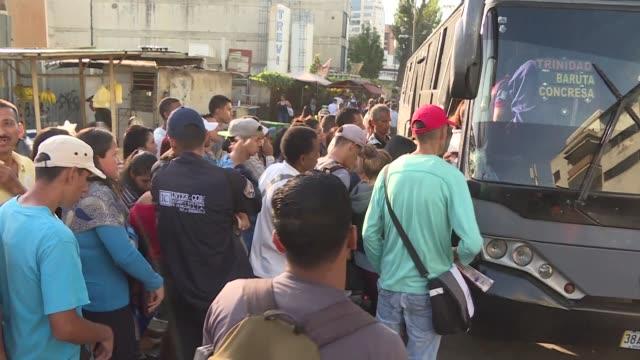la creciente escasez de productos en venezuela comienza a paralizar los sistemas de transporte - transporte stock videos & royalty-free footage