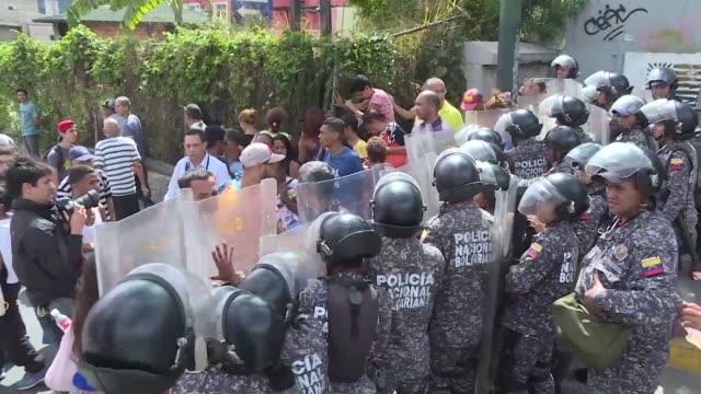 la crisis alimentaria en venezuela enfrento un nuevo reto el jueves con protestas por la falta de pernil de cerdo plato principal en las fiestas de... - caracas stock videos & royalty-free footage