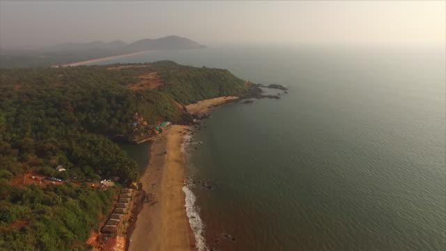 la côte de goa en inde [drone] - inde stock videos & royalty-free footage