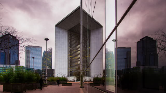 La Defensé Grande Arche and Commuters Timelapse