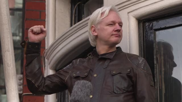 vídeos de stock, filmes e b-roll de la defensa de julian assange asilado en la embajada de ecuador en londres demando el viernes restablecer las comunicaciones cortadas por quito luego... - fundador
