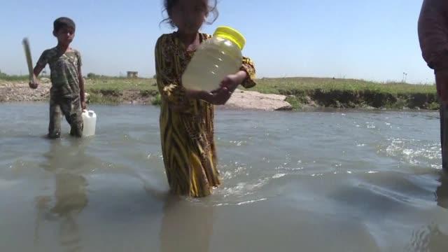 vídeos de stock, filmes e b-roll de la destruccion ocasionada por el conflicto en mosul ha dejado pueblos y campamentos sin agua potable situacion preocupante ante la proxima llegada... - irak