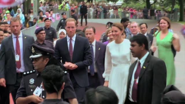 la duquesa catalina y su marido el principe guillermo recorrieron kuala lumpur este viernes donde fueron recibidos por cientos de seguidores voiced... - marido stock videos & royalty-free footage