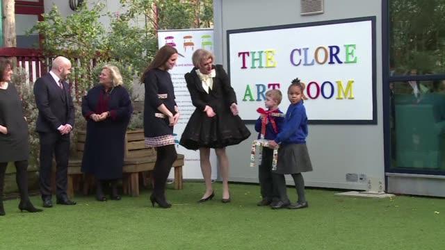 la duquesa de cambridge hizo una visita a una escuela infantil y aunque usando un vestido suelto su embarazo es evidente - dress stock videos & royalty-free footage