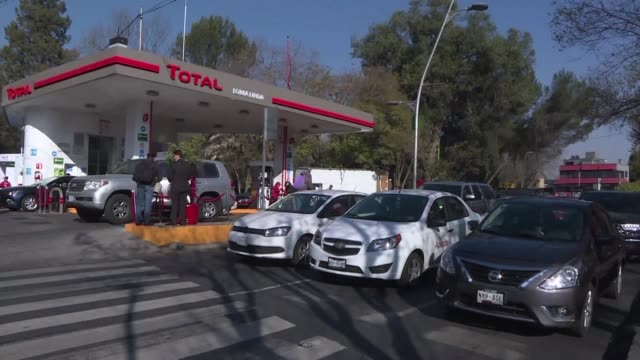 la empresa energetica francesa total inauguro el miercoles la primera de 250 gasolineras en mexico al igual que lo han hecho otras gigantes... - gasolina stock videos & royalty-free footage