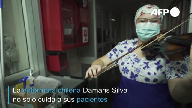 la enfermera chilena damaris silva encontró en su violín el arma perfecta para combatir el estrés en un hospital donde trata a pacientes de... - enfermera stock videos & royalty-free footage