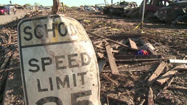 la escuela plaza towers una de las dos devastadas por el tornado que el lunes azoto de la ciudad de moore oklahoma esta de luto por siete alumnos que... - luto stock videos and b-roll footage