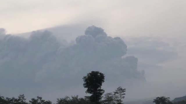 la espectacular erupcion de un volcán en indonesia dejo dos muertos y 200000 personas con la orden de evacuar voiced dos muertos por volcan en... - personas stock videos & royalty-free footage