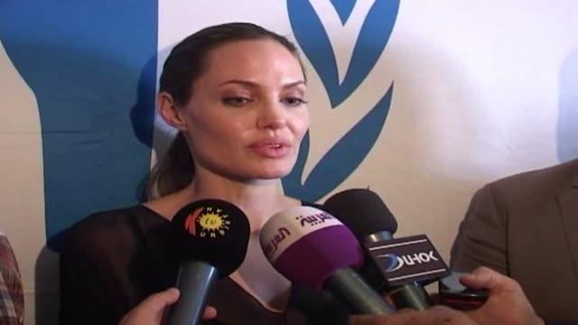 vídeos de stock, filmes e b-roll de la estrella de hollywood angelina jolie embajadora de buena voluntad de la onu visita este domingo un campamento de refugiados sirios en irak dohuk... - irak