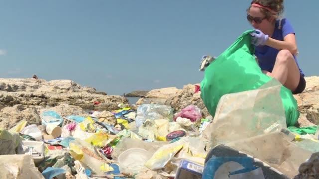 vídeos de stock e filmes b-roll de la eurocamara aprobo el miercoles la prohibicion de uso de plasticos de un solo uso a partir de 2021 en la union europea - utilização única