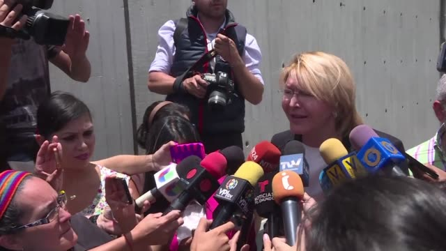 La exfiscal venezolana Luisa Ortega destituida por la Asamblea Constituyente llego el viernes al aeropuerto de Bogota en compania de su esposo tras...