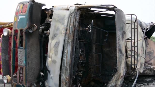 la explosion de un camion cargado de combustible en el centro de pakistan provocó el domingo la muerte de al menos 139 personas y dejo unas 100... - gasolina stock videos & royalty-free footage