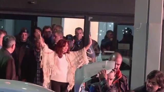 la expresidenta argentina cristina kirchner llego en la noche del lunes a buenos aires desde patagonia donde permanecio desde que dejo el gobierno en... - multitud stock videos & royalty-free footage