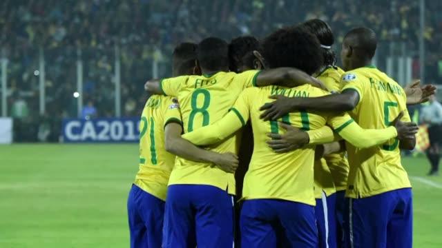 La fase de grupos de la Copa America de Chile2015 culmino este domingo con la clasificacion a cuartos de final de Brasil Peru y Colombia que se...