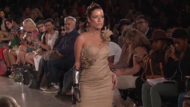 vídeos y material grabado en eventos de stock de la fashion week de nueva york despeja su pasarela para la modelo sin el antebrazo derecho y una adolescente con sindrome de down - antebrazo