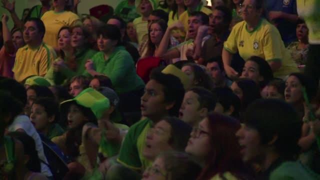 la fe mueve montanas ayudara con los goles durante el mundial hasta las iglesias brasilenas se convierten en lugares desde donde ver los partidos - 2014 video stock e b–roll