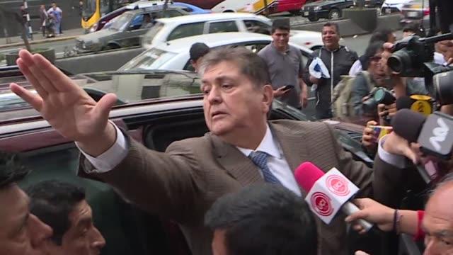 la fiscalia peruana pidio este jueves a la justicia que prohiba salir de peru al expresidente alan garcia al ampliar una investigacion por presuntos... - bestechung stock-videos und b-roll-filmmaterial