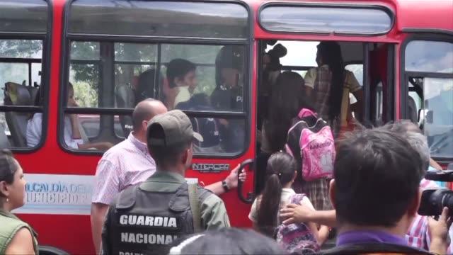 vídeos y material grabado en eventos de stock de la frontera con venezuela abrio este viernes para permitir que mas de 2.000 ninos puedan volver a clases en el lado colombiano - de lado a lado