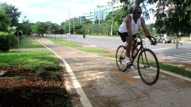 la futurista capital de brasil gran obra del arquitecto oscar niemeyer en la que reina el coche se esta reinventando con 600 km de ciclovias que... - arquitecto stock videos & royalty-free footage