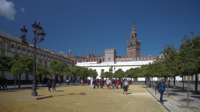 vídeos y material grabado en eventos de stock de la giralda seen from the plaza del patio de banderos - plaza