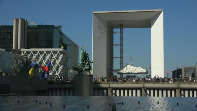 vídeos y material grabado en eventos de stock de la grand arche, la defense, paris, france, europe - three quarter length