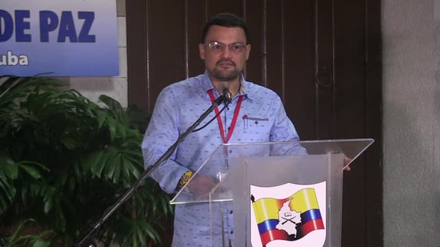 la guerrilla de las farc abrio el sabado las puertas a la discusion sobre el cese bilateral del fuego en colombia y el abandono de sus armas... - discutir stock videos & royalty-free footage