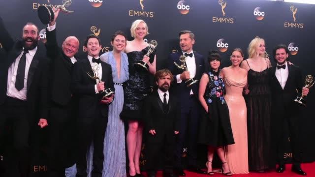 la historia epica juego de tronos se convirtio en la serie mas premiada en la historia de los premios emmy los oscar a la television que se... - emmy awards stock-videos und b-roll-filmmaterial