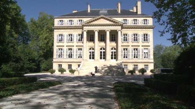 vídeos de stock, filmes e b-roll de la historica mansion del chateau margaux permanece igual 200 anos despues de su construccion para celebrar ese aniversario se ha inaugurado una... - vino