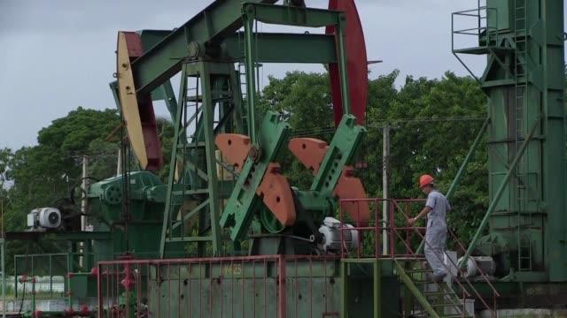la historica reconciliacion entre cuba y estados unidos arroja esperanzas para el desarrollo de la industria petrolera en el pais - industria petrolera stock videos and b-roll footage