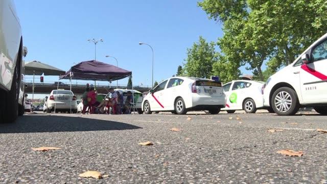 vídeos y material grabado en eventos de stock de la huelga de taxistas bloqueo el martes varias avenidas de ciudades espanolas y continuara el miercoles por octavo dia cuando se reuniran con el... - taxista
