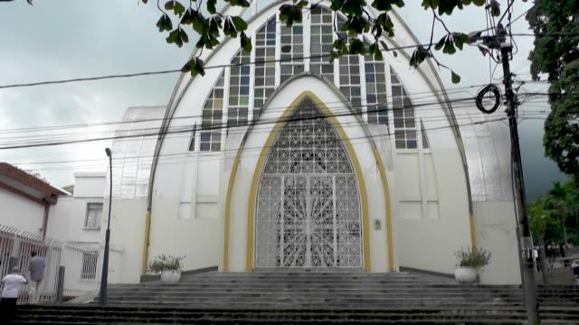 vídeos y material grabado en eventos de stock de la iglesia católica de colombia está envuelta en un escándalo tras apartar a por lo menos 15 sacerdotes denunciados por abuso sexual en vísperas de... - semana santa