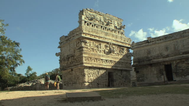vidéos et rushes de ws la iglesia (the church) decorated with elaborate masks of rain god chaac in las monjas complex at pre-columbian archaeological site built by maya civilization / chichen itza, yucatan, mexico - maya