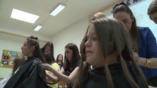 la iniciativa mi cabello tu cabello anima a los bosnios a donar parte de su pelo a un taller de confeccion de pelucas naturales para ninos - kopfbedeckung stock-videos und b-roll-filmmaterial