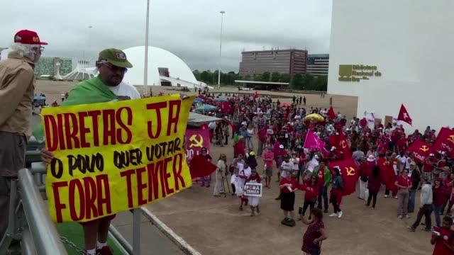 vídeos de stock e filmes b-roll de la izquierda opositora brasilena convoco el domingo a una pequena protesta en brasilia para exigir la salida del presidente michel temer envuelto en... - exigir