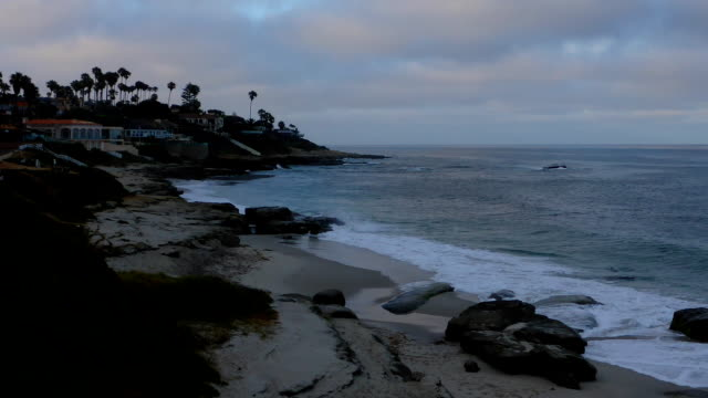 vídeos y material grabado en eventos de stock de timelapse amanecer en playa la jolla - vivienda en roca