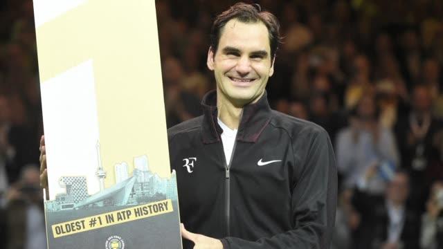 la leyenda suiza roger federer se convirtio el viernes a los 36 anos y 6 meses en el numero 1 mundial del tenis de mas edad de la historia tras... - numero 4 video stock e b–roll