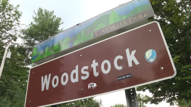 stockvideo's en b-roll-footage met la localidad de woodstock 170 km al norte de nueva york nunca fue la sede del legendario festival que lleva su nombre - festival de música