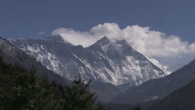 la localidad montañera de khumjung, en el himalaya, debería estar llena antes del próximo inicio de la temporada de escalada del everest, pero el... - planeta stock videos & royalty-free footage