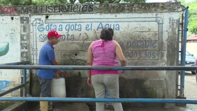 la luz se va a diario el agua llega una vez al mes no hay efectivo y tomar un autobus demanda horas: en la ciudad venezolana de san juan de los... - agua stock videos & royalty-free footage