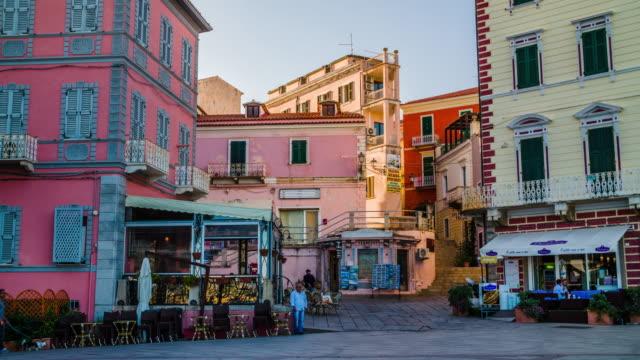 la maddalena stadt platz in sardinien – italien - sardinien stock-videos und b-roll-filmmaterial