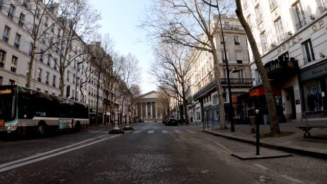 stockvideo's en b-roll-footage met la madeleine quarter empty street during lockdown - brede straat