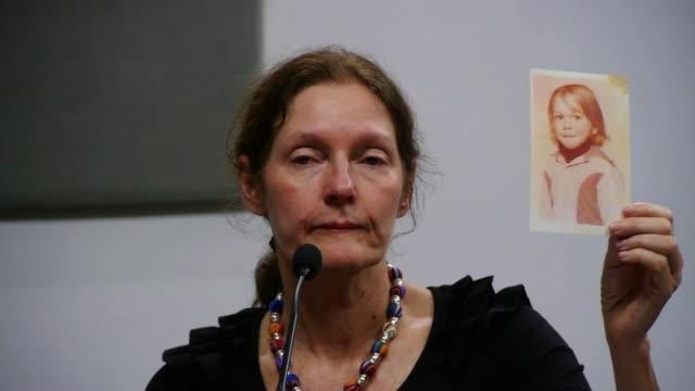 vídeos de stock, filmes e b-roll de la madre del fundador de wikileaks christine assange viajo a ecuador donde dijo que el procesamiento de su hijo por agresion sexual en suecia no es... - fundador